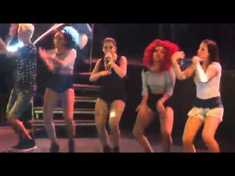Anitta dançando com fãs em Manaus - na batida
