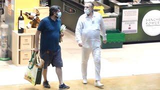 Miguel Bosé vuelve a reaparecer de compras, ejerciendo de amo de casa