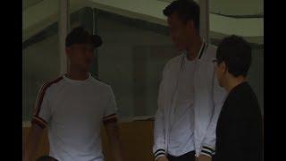 Quế Ngọc Hải và Trọng Hoàng tay bắt mặt mừng khi gặp thầy Lee Young-Jin tại Hàng Đẫy