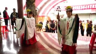 日本神社祭典儀式之「神子」,於開光祭典儀式中執行昭和天皇所做的舞蹈...