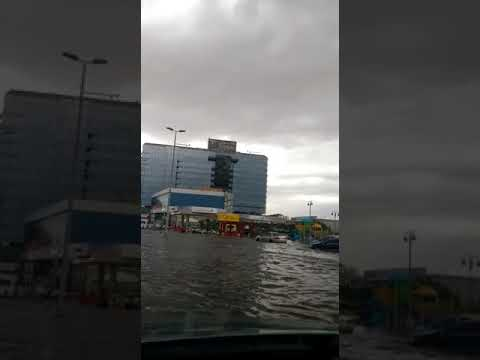 الامطار الغزيرة تغرق شوارع جدة