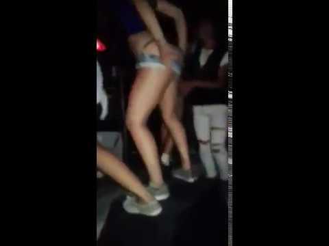 Chicas se desnundan en el boliche aloa thumbnail