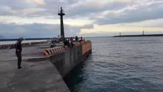 釣友釣竿一不小心慘遭拖走 the fishing rod was towed away by the fish