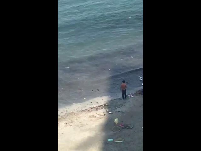 El mar devuelve la basura a la orilla de la playa