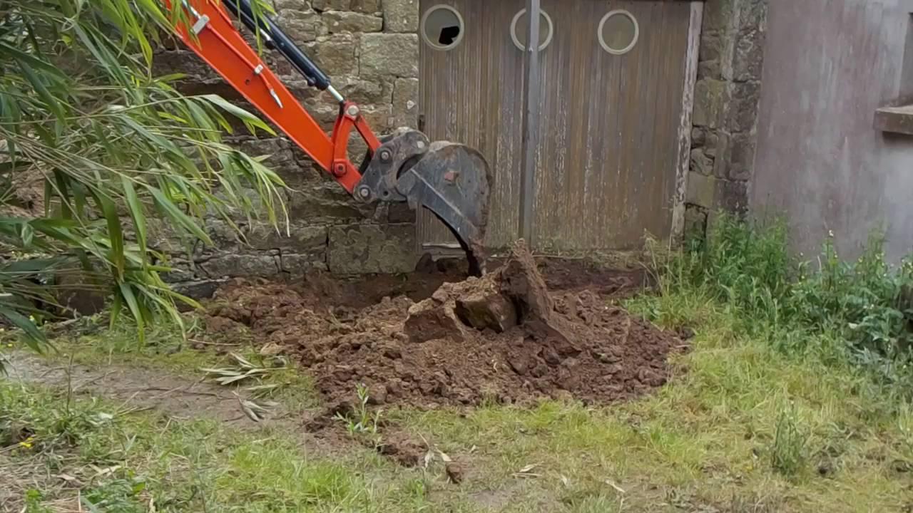 Creuser autour d 39 une maison pour y placer un drain youtube Faire un drain autour d une maison