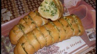 Вкусная закуска из батона с сыром, чесноком и петрушкой