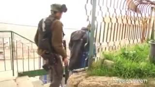 بالفيديو: جيش الاحتلال يقتحم منزل شهيد القدس ويعتقل والديه وشقيقه