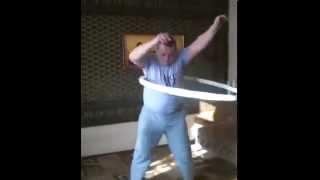 Учимся крутить хулахуп  обруч. Learn to spin hulahup.(Учимся крутить хулахуп. Первое занятие ( возможно последнее ) ! Крутить обруч совсем не просто как может..., 2015-10-06T09:35:31.000Z)