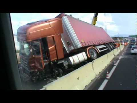 scania r truck crash camion tir incidente in autostrada a11 youtube. Black Bedroom Furniture Sets. Home Design Ideas