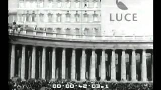 Riappare alla finestra del suo studio Pio XII a impartire la benedizione a Roma e al mondo [1954]