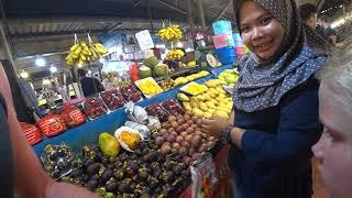 2. Даша и Настя, первое утро на острове Пхукет. На тайском рынке закупаемся вкусняшками.