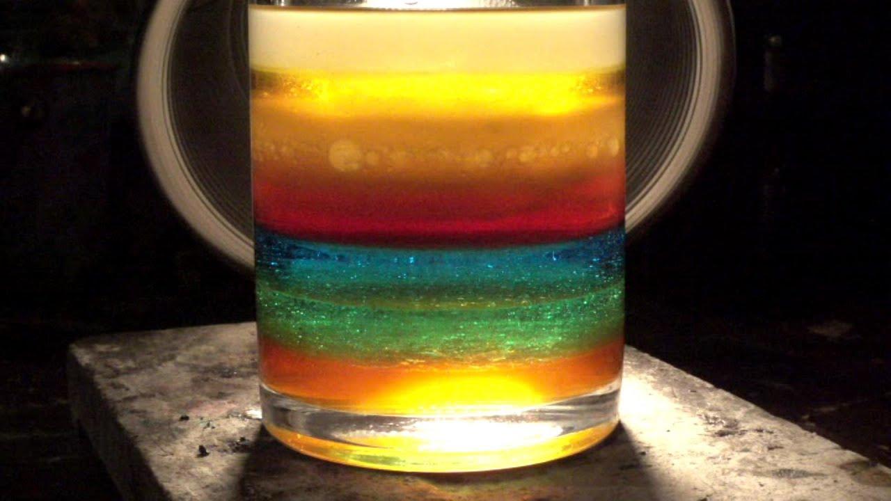 Czerwona niklowa kulka i siedem warstw płynów różnej gęstości