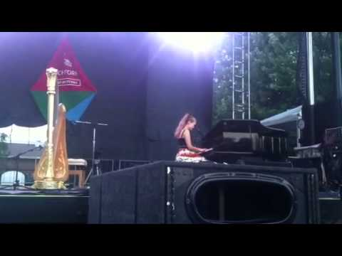 Joanna Newsom live at Pitchfork: new song on piano