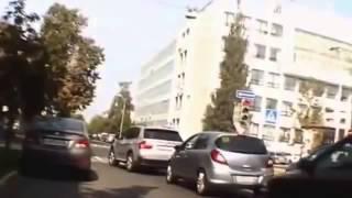 Баба за рулем обезьяна с гранатой!.mp4