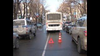 Водитель рейсового автобуса разбил две дорогие иномарки в центре Хабаровска. Mestoprotv