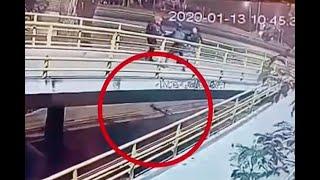 Hombre tiró su bicicleta por un puente para evitar que se la robaran, pero la hazaña fue inútil
