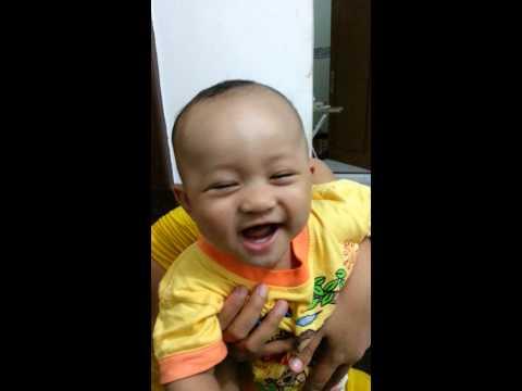 bayi tertawa melihat ayah bersin