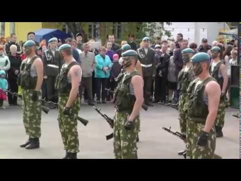 Показательные выступления десантников.