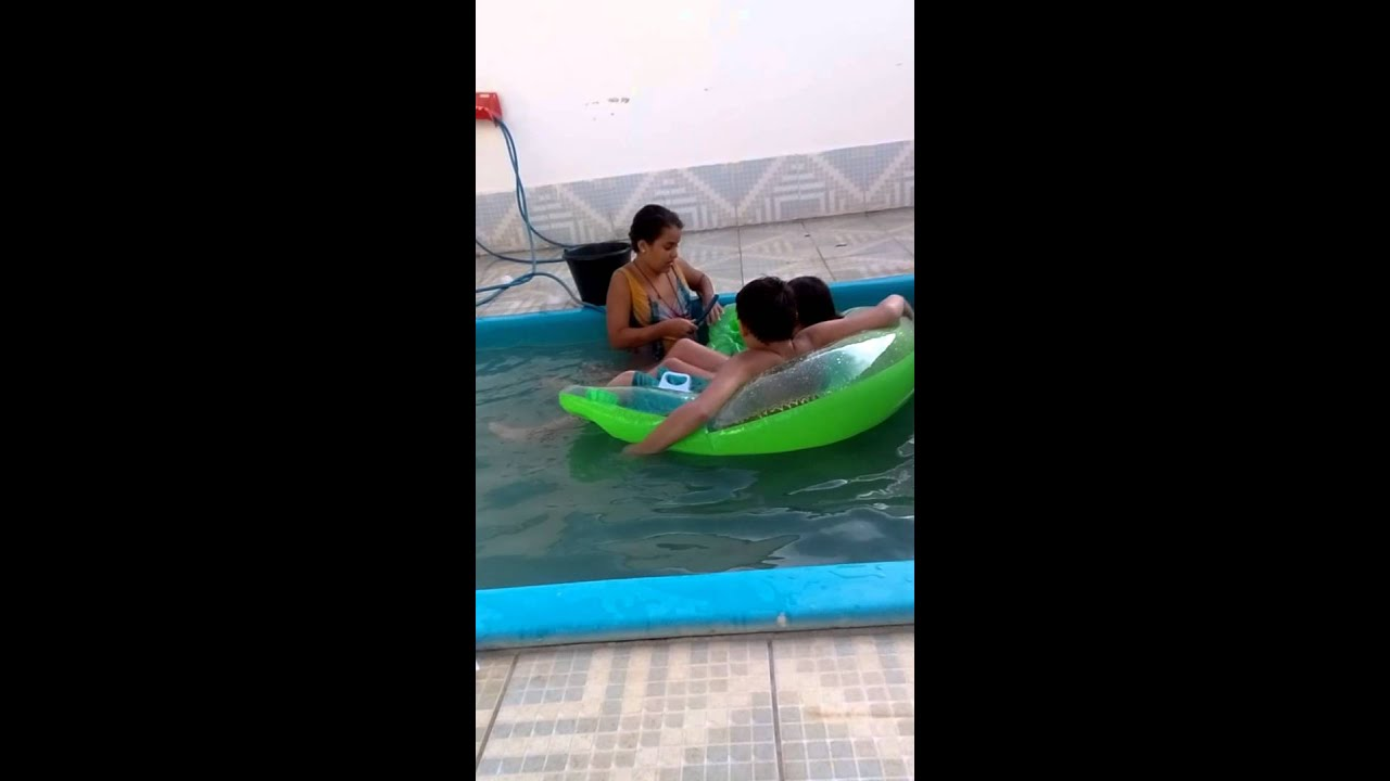 Blog na piscina youtube for Caillou na piscina