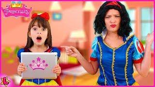 Laurinha vai parar dentro do tablet e mamãe tenta ajudar.