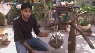 غزاوي يحول بقايا قذائف إسرائيلية إلى مجسمات