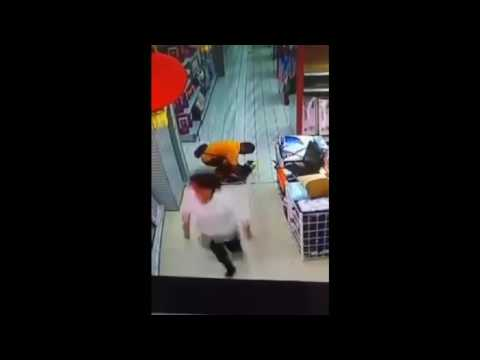 2016 - China - Father Topples on Top of Son in Supermarket, Killing Him - 13/10/16