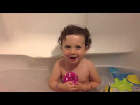 Toddler toots in bath - YouTube