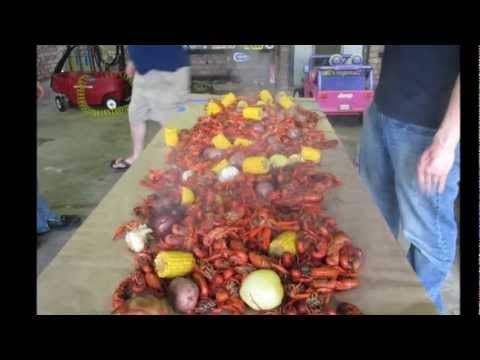 How To Boil & Eat Crawfish Like A Cajun. With Mud Bug Races