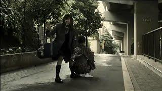 路边蹲着一个古怪的妇女,好奇的妹子上前搭讪,结果被吓到了!