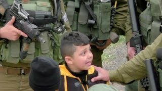 بالفيديو: جنود الاحتلال الإسرائيلي ينكّلون بطفل فلسطيني أعزل