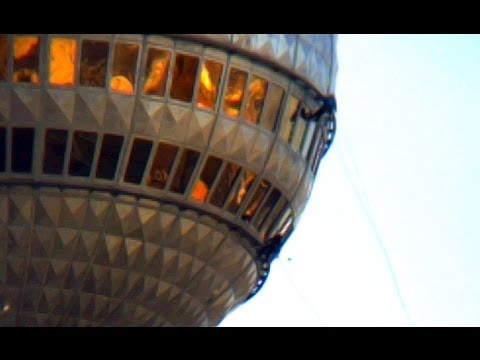 Fassadenkletterer Am Berliner Fernsehturm Youtube