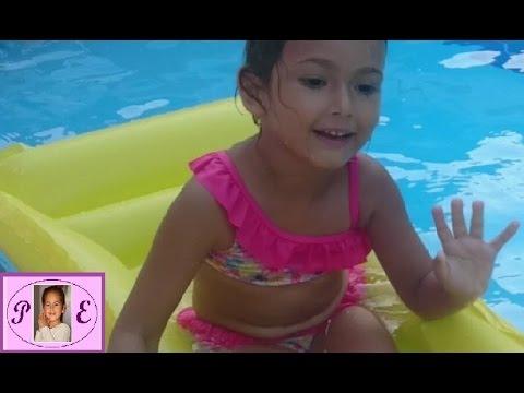 Игра в бассейне. Надувные игрушки. Плаваем на матрасе. Прыгаем в воду Играем в воде. Видео для детей