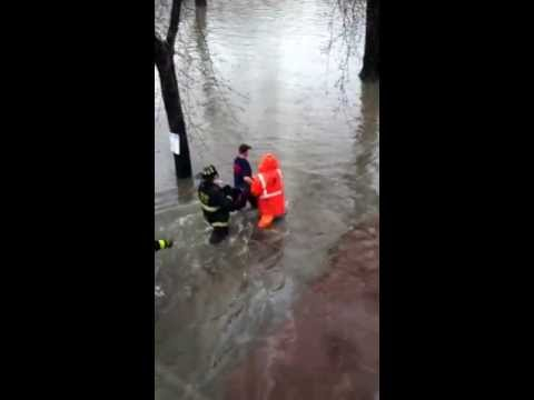 Chicago flood, women being rescue .