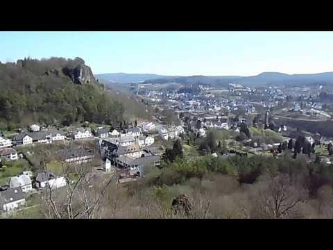 Gerolstein 09-04-2017 uitzicht vanaf de Auberg op Feriendorf Felsenhof Gerolstein.