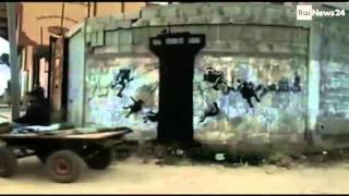 Banksy entra a Gaza dai tunnel: graffiti sulle macerie
