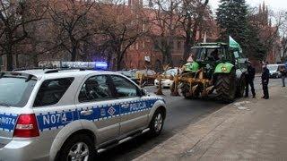 POlicja zatrzymuje,kontroluje,legitymuje protestujących Rolników przeciwko wyprzedaży Ziemi-cz.2