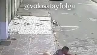 Собака писает на негра
