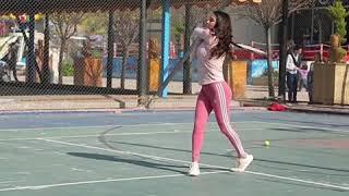 كندا حنا تمارس رياضة التنس في دمشق