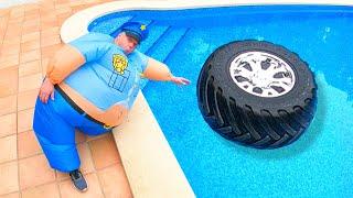 Fantasiespel Politie - het wiel viel in het zwembad