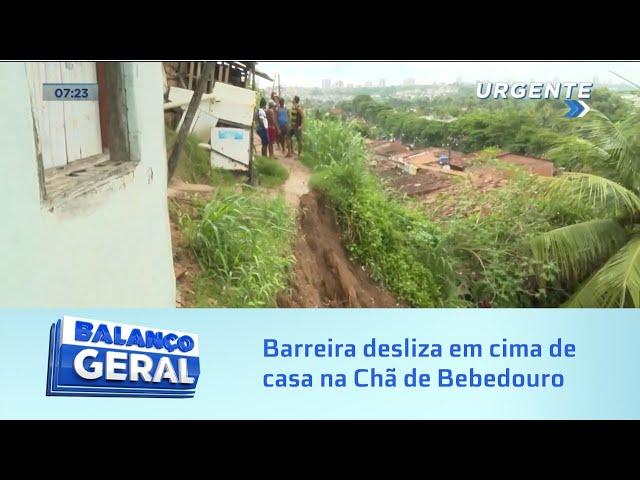 Barreira desliza em cima de casa e deixa moradores desalojados na Chã de Bebedouro
