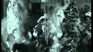 Jack Nicholson alimento de Planta Carnivora (LA PEQUEÑA TIENDA DE LOS HORRORES, 1960, Cinetel)