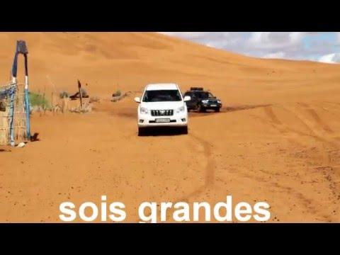 subida a la gran duna del oasis en Erg Chebbi