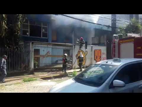 Casa pega fogo no Bairro Funcionários Centro-Sul de BH