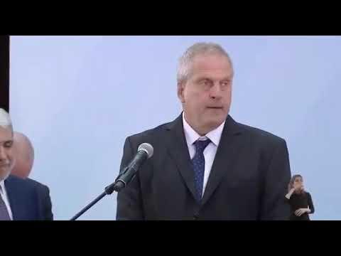El gesto que el nuevo ministro de Educación, Jaime Perczyk, hizo con la Biblia antes de jurar