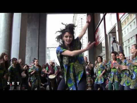 Gli italiani ballano le danze africane. NET