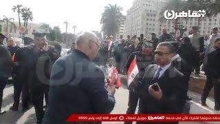 مواطن يوزع الورود على الشرطة في ذكرى ثورة يناير