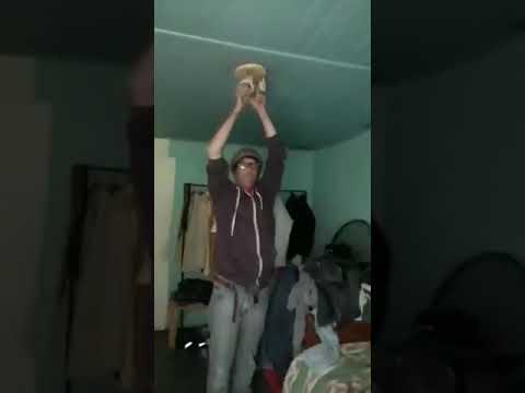 Мужик вставил лампочку себе в зад и сунул палец в ...