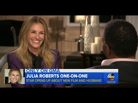 Julia Roberts Makes Michael Strahan Blush