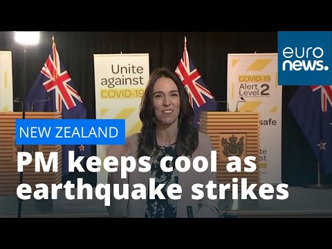 euronews (in English): New Zealand PM Jacinda Ardern unfazed as earthquake hits during interview