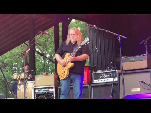 Warren Haynes pays tribute to Gregg allman-Gov't Mule-Traveling Tune